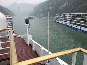 Xiling Gorge - Cruise boats along Xiling Gorge