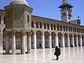 Damaskus, Omayadenmoschee, Ansichten vom Moscheehof mit weissem Marmor und Arkaden und dem Glockenhaus (26931066519).jpg