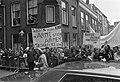 Demonstranten voor de kerk met een spandoek met daarop De rijken steeds rijker,, Bestanddeelnr 925-6426.jpg
