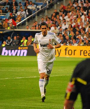 Ángel Di María - Di María taking a corner against Barcelona in April 2011