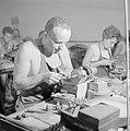 Diamantbewerkers (diamantslijpers) aan het werk in Natanya, Bestanddeelnr 255-4366.jpg