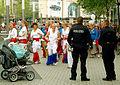 Die Polizei wacht über die Sicherheit beim Umzug der Tanz- und Trommelgruppe Sambaria, hier in der Bahnhofstraße von Hannover.jpg