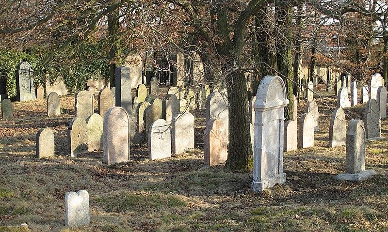 File:Dobris, jewish cemetery (4).jpg