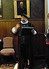 foto van Pand, ter huisvesting van de oude catechisatiekamer (thans kamer Fonds Van Zanten), in versoberde neo-Renaissance trant uitgevoerd vertrek met balkenzoldering en hoge lambrisering waarboven imitatie-goudleerbespanning