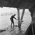 Drooglegging van de Wieringermeerpolder Jonge man geeft aan hoe hoog het water…, Bestanddeelnr 900-8333.jpg
