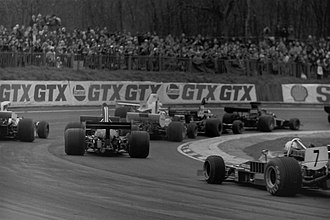 1975 Race of Champions - A cluster of cars rounding Druids Hill bend in the early laps of the race. At this point, eventual winner Pryce's car (centre right) is back in the pack.