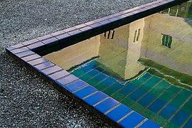 Dudok Hilversum Raadhuis Binnentuin Spiegelbeeld.jpg