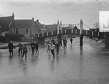 Un groupe de patineurs sous un pont.