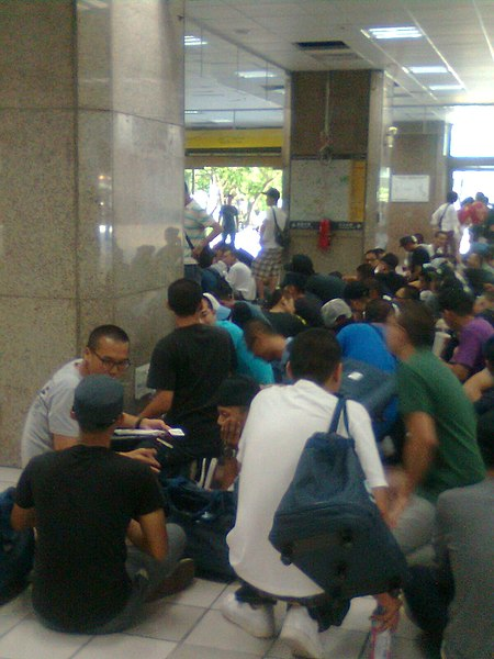 ファイル:Eligible males at Taipei Station 1F 20110711.jpg