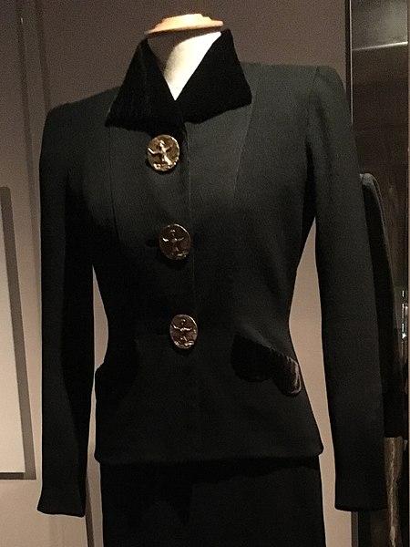 File:Elsa Schiaparelli, tailleur 1938-39 (cropped).jpg