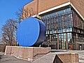 Gasteig Philharmonie mit der Skulptur Gerundetes Blau von Rupprecht Geiger im Vordergrund 1.jpg