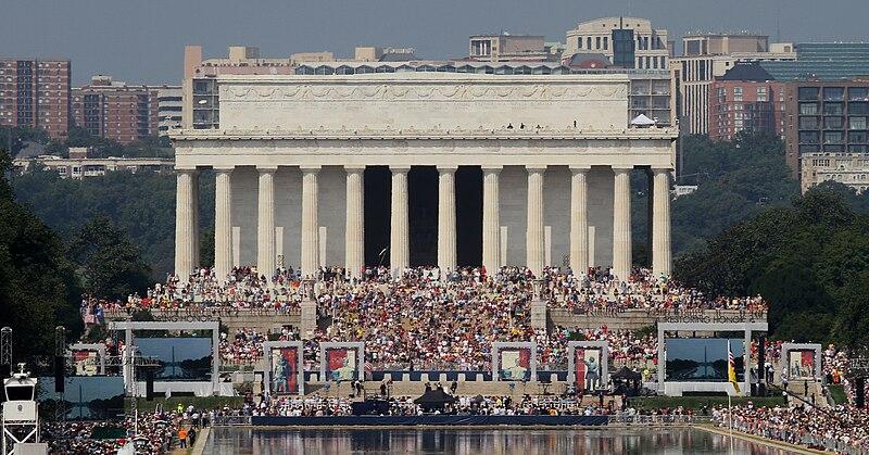 Glenn Beck Crowd In Front of Memorial.jpg