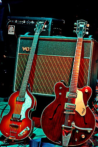 "A Hofner ""violin"" bass guitar and Gretsch Country Gentleman guitar, models played by McCartney and Harrison, respectively; the Vox AC30 amplifier behind them is the model the Beatles used during performances in the early 1960s. Guitarras de McCartney y Harrison.jpg"