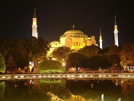 現在のアギア・ソフィア大聖堂の夜景。周囲の4本のミナレットはオスマン帝国時代にモスクに転用された際に付け加えられたもの。