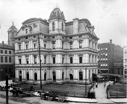 Old Post Office and Custom House next to the Old State House (left) in 1903. The building was completed in 1882 and demolished in 1934. Hartfort CT Post Office and Customhouse, 1903.jpg