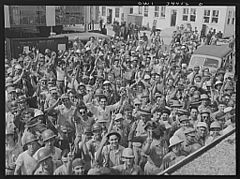 Higgins shipyards workers leaving at 4 p.m 8d39908v.jpg