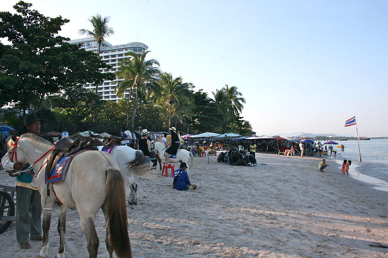 File:Hua Hin public beach (8288352985).jpg