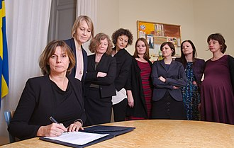 Isabella Lövin - In 2017, the Swedish climate law is signed by Isabella Lövin, surrounded by her political staffers