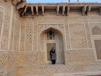 Itimad-ud-daulah Tomb 09.jpg