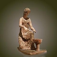 Jeune fille tenant un alabastre, agenouillée devant un vase contenant des offrandes Myr 233
