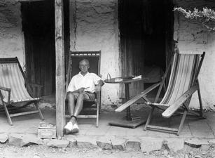 John Lindros på verandan. Macheras. vilstol - SMVK - C00831.tif