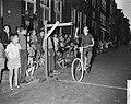 Jongen op fiets doet poging ringsteken, Bestanddeelnr 911-5050.jpg