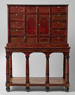 Kabinet Kunstkast, belijmd met schildpad op rode onderlaag. Ter weerszijden van de twee deuren bevinden zich boven en onder elf laden. Achter de deuren nog eens tien laden om een met spiegels beklede, door Toscaanse zui, BK-NM-5669.jpg