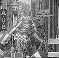 Kalverstraat vlagt in verband met Koninklijk feest, Bestanddeelnr 913-8018.jpg