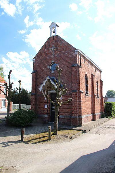 Kapel van Onze-Lieve-Vrouw-ter-Koorts, modo Piskapelletje, was reeds in de 18de eeuw op deze plaats bekend; de huidige neogotische kapel, werd in 1909 herbouwd