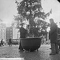 Kerstpotten aktie van Leger des Heils , kleine jongen wo geholpen door Heilsolda, Bestanddeelnr 914-5981.jpg