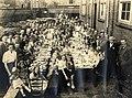 Kinderen aan feestelijk gedekte tafels op het binnenterrein van Garage Landeweer Biltstraat Utrecht - HUA-98060.jpg