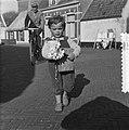 Kinderen met geschenken voor Moederdag, Bestanddeelnr 907-7555.jpg