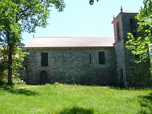 Church of Santo André (Melgaço) - Western profile of the church, with the inset belltower and front facade (to the right)