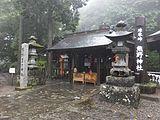 参道を挟んで左側が熊野皇大神社。右側は熊野神社