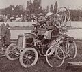 L'automobile de Garin, conduite par Oury, avec à ses côtés Huret (Paris-Brest 1901).jpg