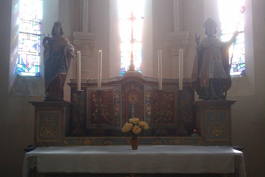 Maître-autel de l'église de La Feuillie flanqué de deux statues: à gauche St Louis, à droite St Nicolas.