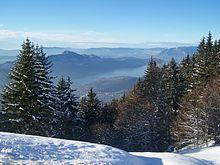 Vue du sommet de la montagne en hiver