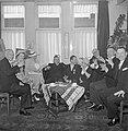 Lachende groep mensen, 5e van links met onderscheiding fabrieksdirecteur Albert , Bestanddeelnr 255-8525.jpg