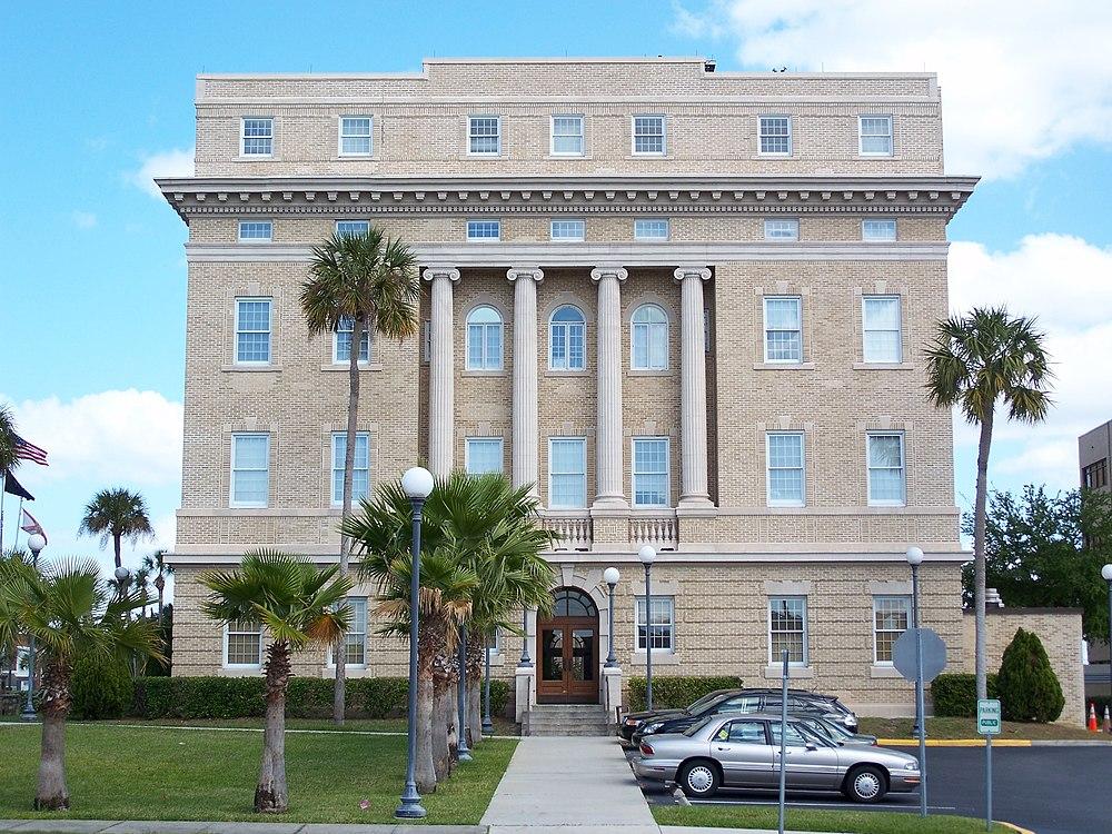 The population density of Tavares in Florida is 410.69 people per square kilometer (1063.34 / sq mi)