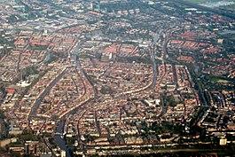 De historische binnenstad van Leiden vanuit de lucht