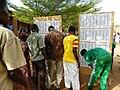 Les électeurs de Bamako à la recherche de leurs bureaux de vote sur les listes électorales à la présidentielle 2013 au Mali.jpg