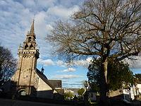 Locquénolé 9 L'arbre de la liberté et l'église Saint-Guénolé.JPG