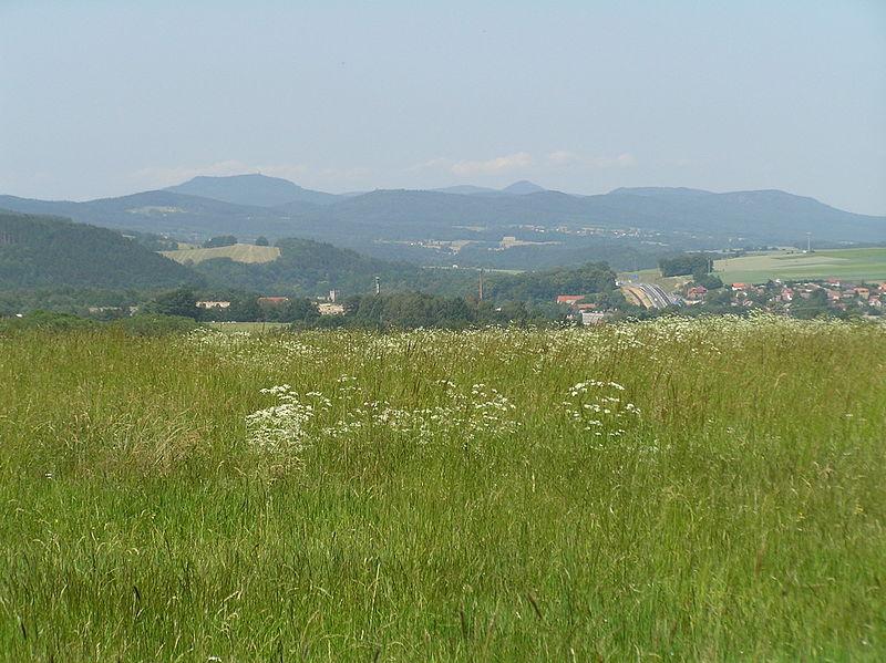 File:Lužické hory od chrastavské Vísky.JPG