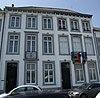 foto van Huis met een lijstgevel in de trant van de voorgevel van nr 9 doch met een latere tweede verdieping.