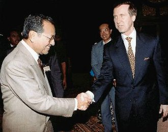 Mahathir Mohamad - Mahathir greeting US Secretary of Defense William Cohen in Kuala Lumpur in 1998 during Pacific Dialogue Conference.