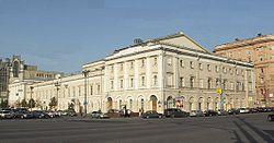 Государственный академический Малый театр.  Слева - фасад на Театральную площадь, справа - на Театральный проезд.