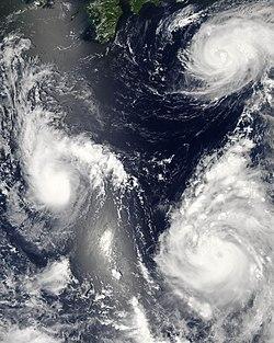 Satellietfoto van drie gelijktijdige tropische cyclonen