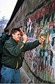 Mauerspecht Andree Werder im November 1989 an der Berliner Mauer.jpg