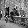 Militairen in de kazerne bezig met onderhoud van hun uitrusting na de aubade ter, Bestanddeelnr 252-8723.jpg