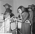 Miss Canada terwijl zij een kind een appel aanbiedt, Bestanddeelnr 918-4773.jpg
